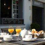 Le Petit Déjeuner sur la terrasse de L'hôtel Le Vieux Gréement