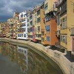 Färgglada Girona på andra sidan floden