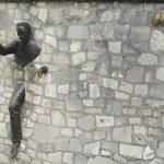 L'homme passe muraille