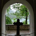 教会の中からブレッド湖が見えました