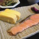 Petit dejeuner japonais traditionnel (saumon, omelette, soupe, algues…)