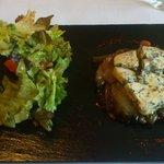 Tarte tatin mit Schalotten und Blauschimmelkäse, dazu kleiner Salat