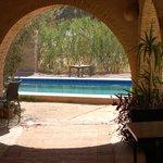 Piscine vue de la terrasse extérieure (également lieu de restauration)