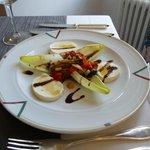 Mozarella mit mediterranem Gemüsesalat