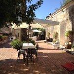 il patio sul retro della villa