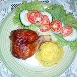 Pollo Rostizado ,ensalada fresca y arroz