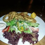 Frische Calamares mit Salat
