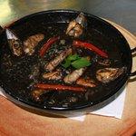 Arroz negro con marisco y pescado de roca