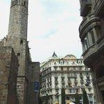 Вид на ресторан сквозь укрепления Palau Reial Mayor