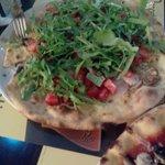 lecker Pizza mit geräuchertem Schwertfisch