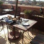 Un petit déjeuner servi sur la terrasse