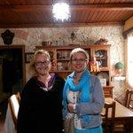 Дебора (слева) - хозяйка отеля