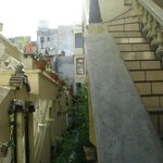 les chambres a Gauche; escalier vers le resto