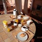 le petit déjeuner servi sur la terrasse