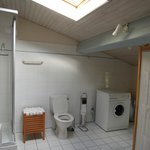Rime badkamer, lekkere douche, zelfs wasmachine, strijkijzer en plank!
