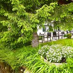 Terrasse mit Garten, Bach und Teich