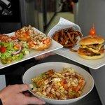 hamburger bruschetta et salade poulet
