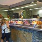 Il bancone dove scegliere ed ordinare il pesce