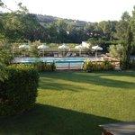 la piscina vista dal terrazzo perimetrale