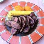Plat du menu à 20€. Magret (ENTIER) en filet avec polenta. Excuses plat attaqué avant photo.