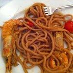 primo spaghetti ai frutti di bosco con scampi