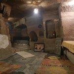 gezellig bij de open haard in deze grotkamer
