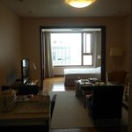 房間大約400尺,睡房以趟門分隔.