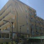 l'Hotel Belsoggiorno visto dalla passeggiata