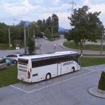 Parkplatz, im Hintergrund Bushaltestelle