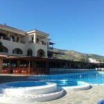 een van de zwembaden bij t restaurant en poolbar