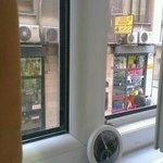 نافذة الغرفة تطل على الممر الذي عليه الفندق