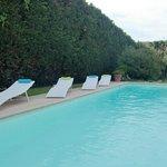 la piscine et ses transats à votre entiere disposition