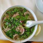 PHO - Suppe aus Hanoi, mit Rindfleisch, Reisnudeln und jede Menge frischer Kräuter