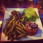 Tartare de boeuf, frite maison, salade verte pousse de soja et légume du soleil en salade