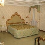 Une chambre drapée de tissu Vénitien