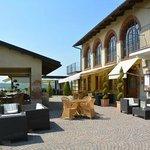 Il davanti con la tettoia per l'aperitivo e sullo sfondo la terrazza col ristorante