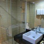 fully modern bathrooms - Hermes Palace Hotel Medan
