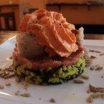 Lomos de bonito sobre arroz salvaje y espuma de piquillos