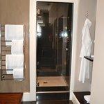 doccia spaziosa e ben fornita di prodotti
