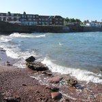Hotel und felsige Bucht