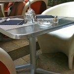 tables sur les marches en terrasse