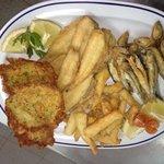 Pescaito frito y tortitas de camarones.