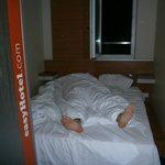Somos  bastante altos, la habitación es chica pero la cama es graaande!