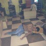 security slaap lekker door als een echte waakhond ;-) in de lobby