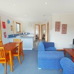 Discovery Holiday Parks - Hobart - Fully equipped Kitchen plus dining and  lounge area