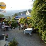 The beautiful garden and terrace, wunderschöner Gastgarten, beau jardin