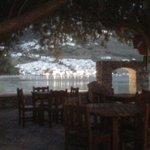 tavoli della colazione sul mare e vista notturna di Aegeali