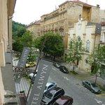 Blick vom Zimmer auf die Straße und Parkplätze