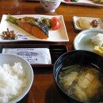 朝食:塩鮭よりも、地元の食材のほうが良いと思います…