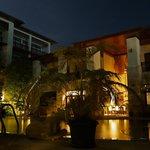 Ночью вид отеля у бассейна
